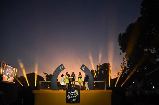 Egan Bernal celebra su Tour