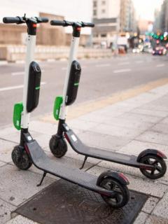 [Video] ¿Comenzó persecución a patinetas eléctricas?: Taxista tumbó varias en Bogotá