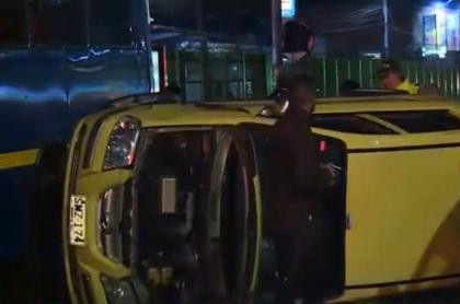 Taxi robado terminó volcado