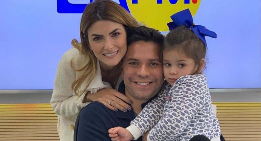 Siad Char, presentadora, con su esposo Luis Carlos Vélez, periodista, y su hija Hannah.