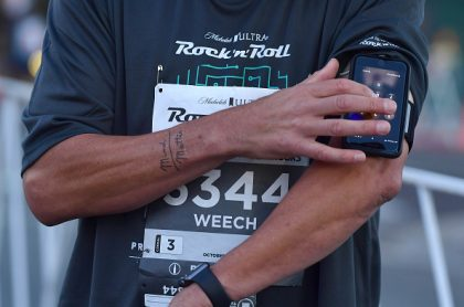 Persona corriendo con el celular