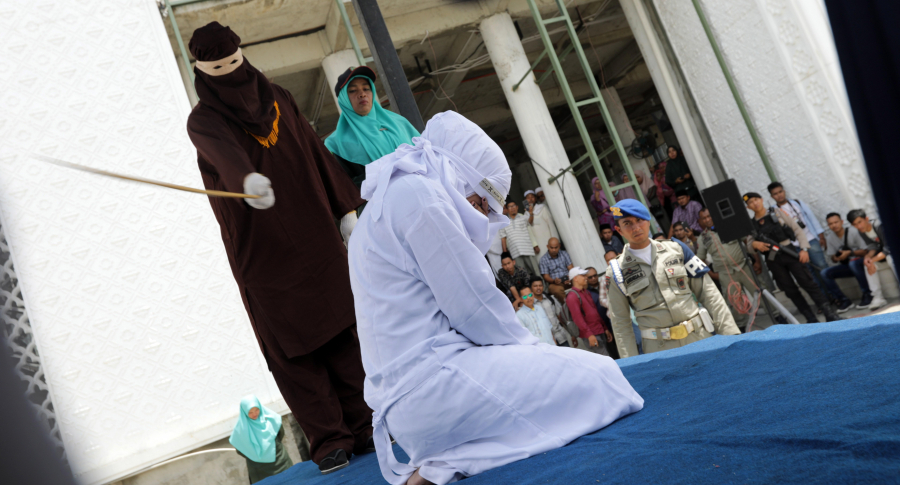 Mujer azotada en Indonesia