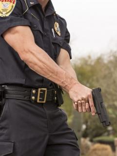 Policía es arrestado por tocarle los senos a una mujer recién fallecida