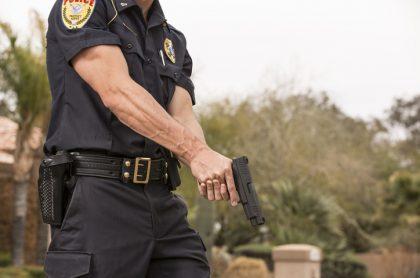 Policía sostiene pistola