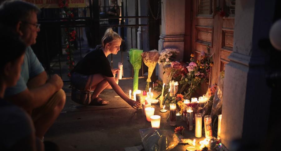 Personas ponen velas en lugar de la masacre en Dayton, Ohio.