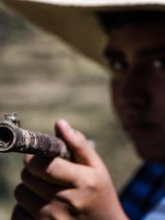 Menor con escopeta
