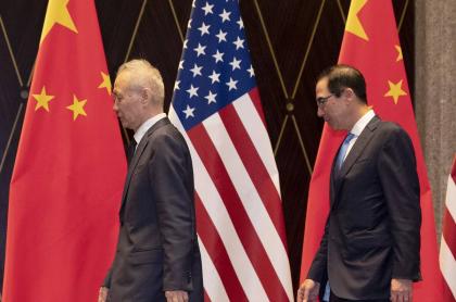 Vicepremier chino Liu He (Izq.)y el secretario del Tesoro de EE.UU., Steven Mnuchin
