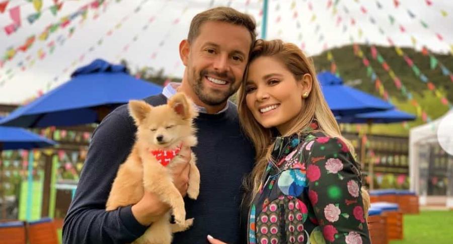 Matías Mier, futbolista, y Melissa Martínez, presentadora, con su perro Mate.