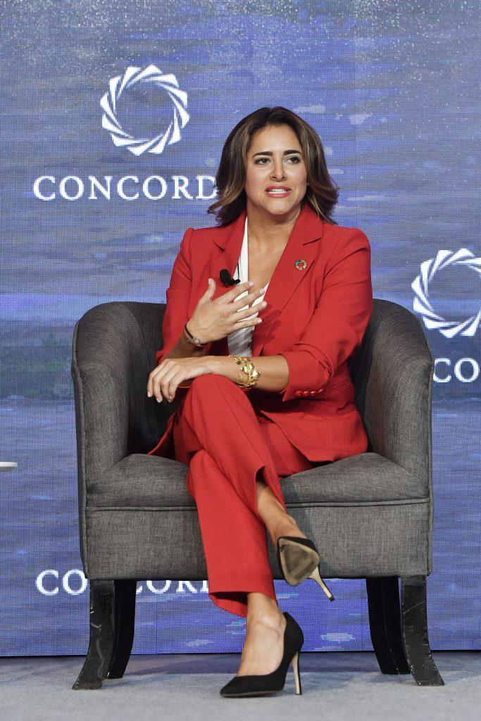 María Juliana en medio del panel Oportunidades y Cambios de Concordia