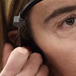 Mujer con audífono