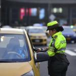 Policía de Tránsito imponiendo un comparendo