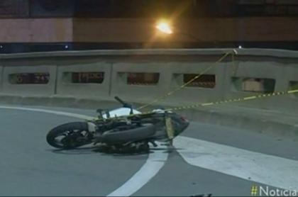 Motociclista cae de su moto.