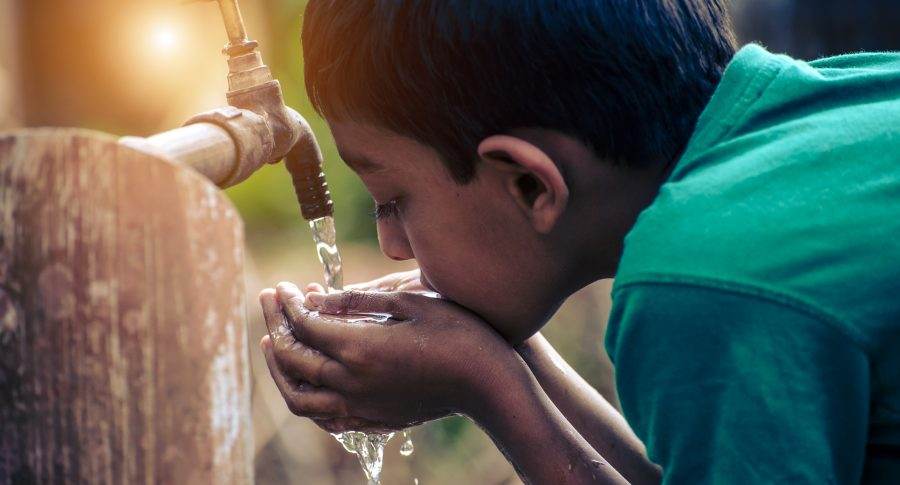 Niño tomando agua