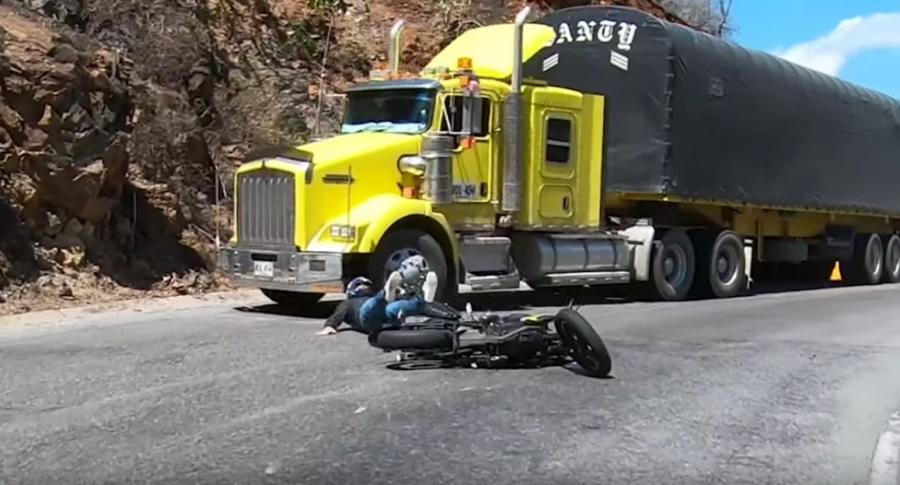 Motociclista se salva de ser atropellado.