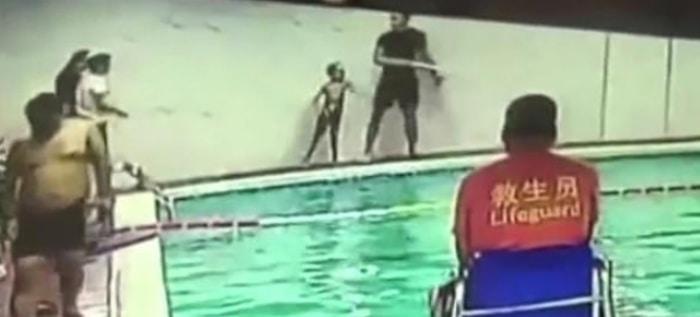 Niño agredido en una piscina.