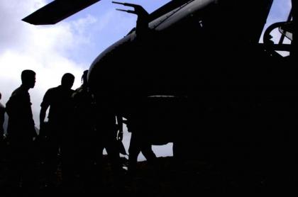 Silueta de militares y helicóptero