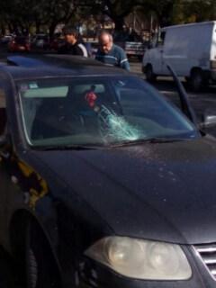 Furioso vendedor le rompió parabrisas a mujer porque ella se habría negado a comprarle