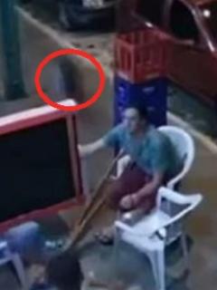 ¡Salió a volar! Hombre es impactado por una llanta que se desprendió de un carro
