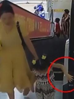 Dramáticos momentos en el que brazo de niña es 'tragado' por una escalera eléctrica