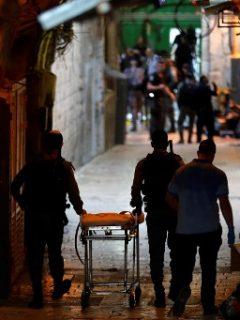 [Video] Dos jóvenes palestinos atacan con cuchillo a policías israelís y uno es abatido