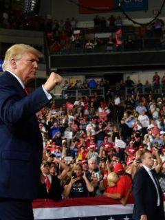 """""""Tienes un grave problema de peso; comienza a hacer ejercicio"""": Trump, a protestante"""