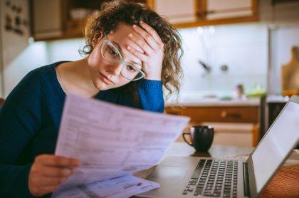 Mujer revisa factura de servicios públicos