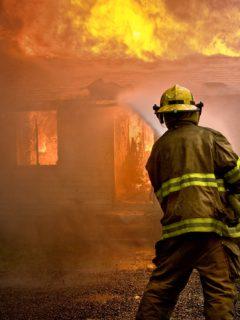 Hijos de un bombero mueren en incendio, mientras él atendía falsa alarma