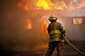 Bombero en incendio