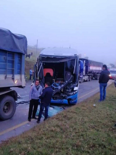 [Video] Siete heridos en aparatoso accidente de dos tractocamiones y un bus, en Boyacá
