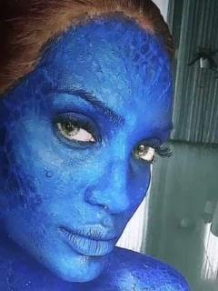 Con mini-hilo, pintura y sin brasier, Valdiri bailó disfrazada de Mystique de 'X-Men'