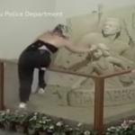 Mujer destruye escultura