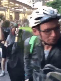 Feministas agreden a hombre que pasó en medio de protesta contra violencia de género