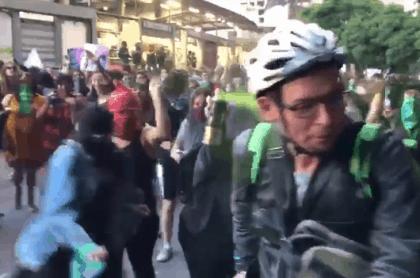 Agresiones de feministas a empleado de Uber Eats