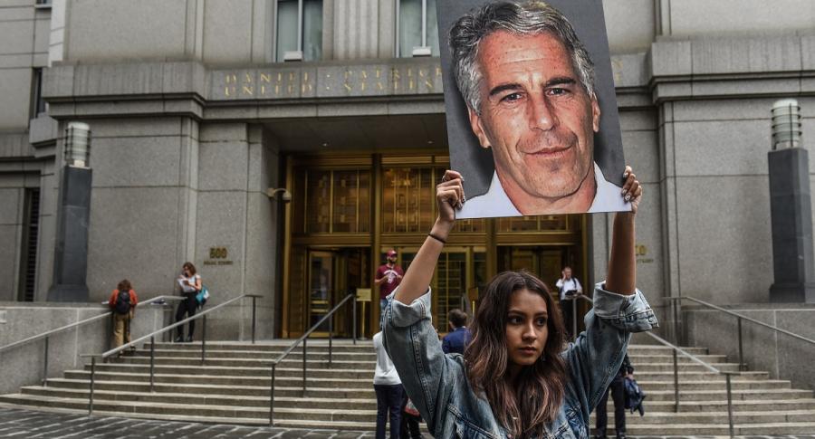 Mujer protestando contra Jeffrey Epstein