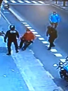 [Video] Sin mediar palabra, policía argentino mata a ciudadano de violenta patada