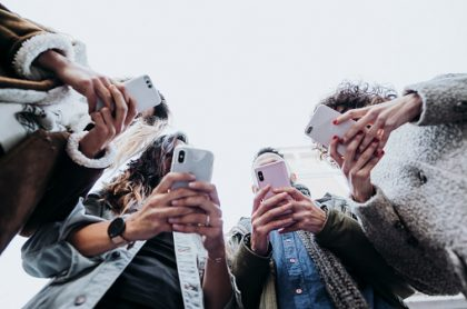 Usuarios usando su celular