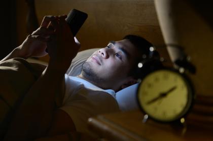 Hombre usando celular