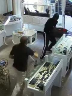 ¡A mano limpia! Valiente dueño de joyería se enfrenta a ladrones armados y evita robo