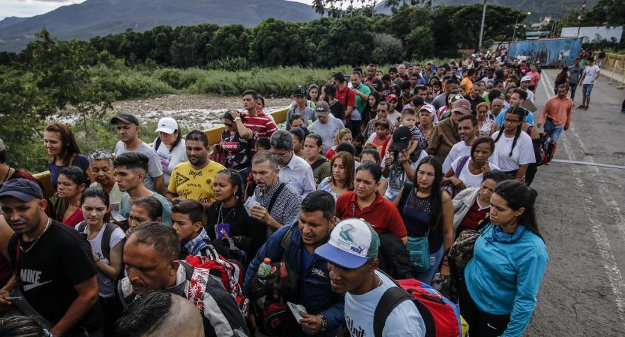 Venezolanos cruzando el puente Simón Bolívar