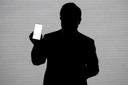 Silueta de hombre con un celular