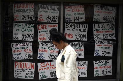 Mujer frente a ventana con precios