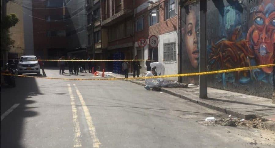 Investigadores de criminalística inspeccionan el cadáver