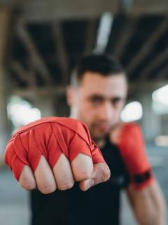 Intentó robar a hombre que resultó ser luchador profesional, y acabó en el hospital