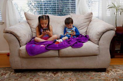 Simulación de niños viendo YouTube