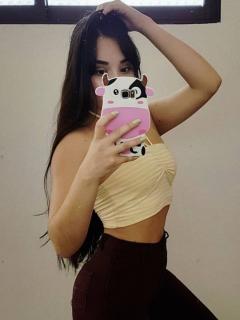 Con la blusa levantada, hermana de Luisa Fernanda W muestra su sensual figura