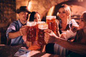 Personas tomando cerveza