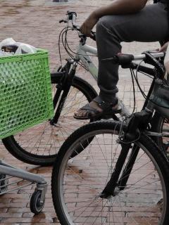 Bicicletas y carrito de mercado