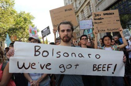 Manifestante en Londres contra Bolsonaro