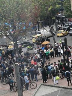 Así protestan en pro de la Amazonía frente a la Embajada de Brasil, en Bogotá