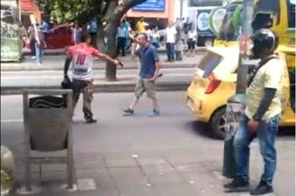 Pelea entre taxista y conductor en Bucaramanga